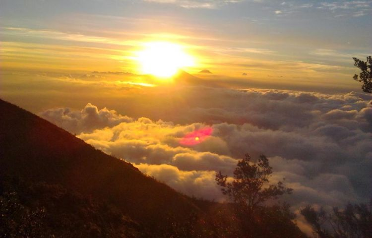 Sunset di Puncak Suroloyo