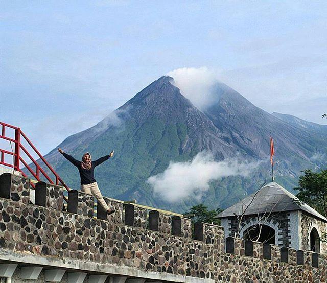 Pemandangan indah Puncak Gunung Merapi dari Wisata The LOST WORLD CASTLE of CANGKRINGAN